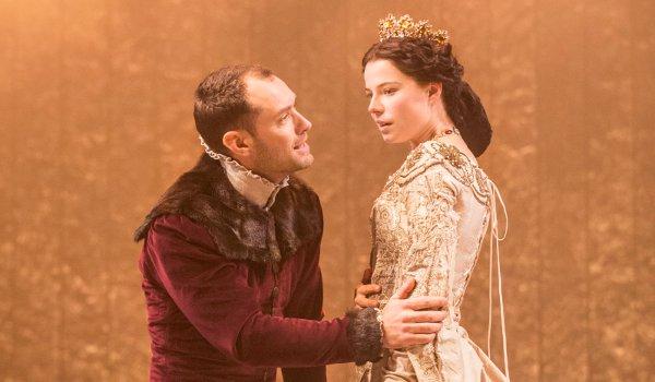 Jude Law (Henry V) and Jessie Buckley (Princess Katharine) in Henry V