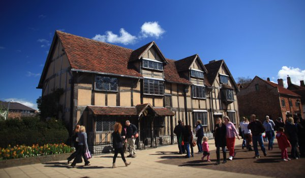 Tourists in front of William Shakespeare's birthplace