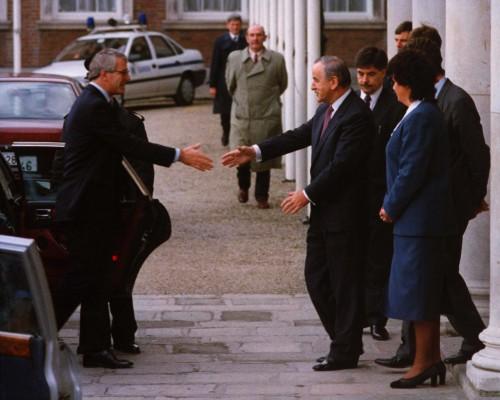 British Prime Minister John Major shakes hands with Taoiseach and Fianna Fail leader Albert Reynolds during a Anglo Irish Summit in Dublin. 3/12/1993 Photo: Eamonn Farrell/Photocall Ireland