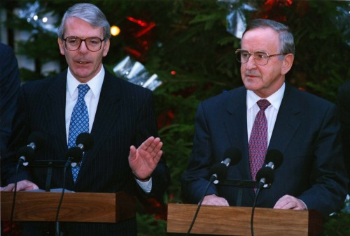 British Prime Minister John Major shakes hands with Taoiseach and Fianna Fail leader Albert Reynolds on the Joint Declartion at a press conference outside 10 Downing Street. 15/12/1993 Pic Eamonn Farrell/Photocall Ireland