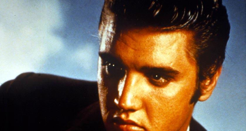 307613 36: Singer Elvis Presley poses for a studio portrait. (Photo by Liaison)