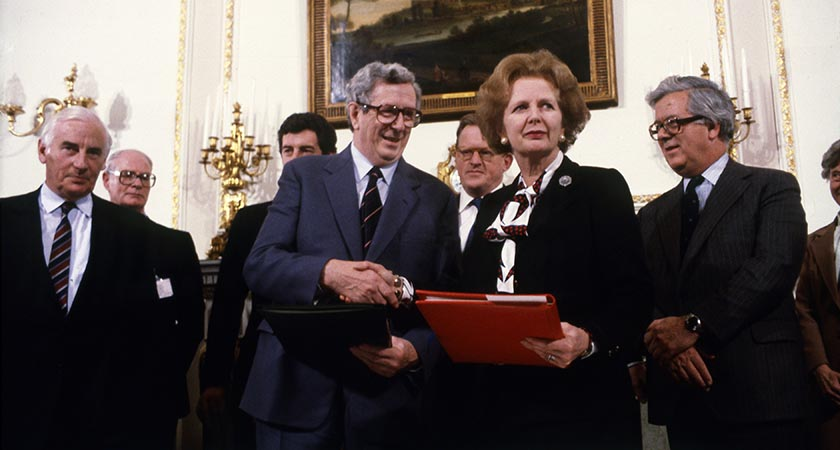 Former Tánaiste, minister and Fine Gael deputy leader Peter Barry (far left) is pictured beside Garrett Fitzgerald and Margaret Thatcher after signing the hillsborough agreement outside belfast 15/11/1985. (Source EAMONN FARRELL/RollingNews.ie)